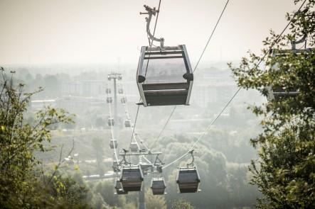 Der Regierende Bürgermeister von Berlin testet die neue Seilbahn der IGA 2017 in Berlin-Marzahn. Aufnahmen über dem zukünftigen Gelände der Internationalen Gartenaustelluung 2017.